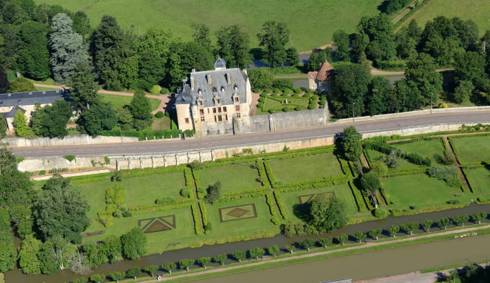 Vue aérienne sur les jardins et le château de Châtillon-en-Bazois