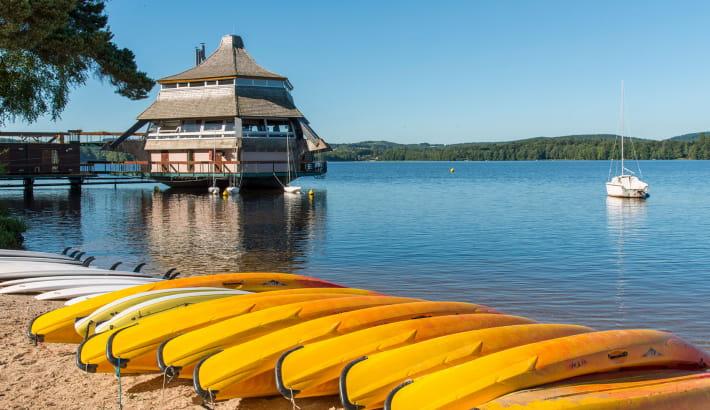 La Pagode du lac des Settons et les canoës