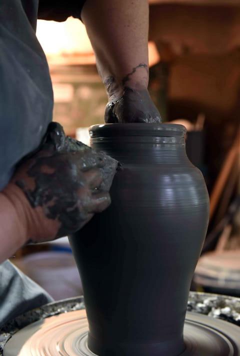 Isabelle Daucourt en train de réaliser une poterie sur tour
