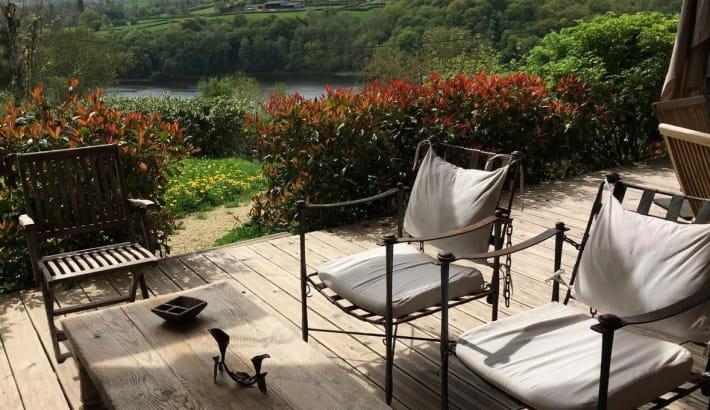 Vue sur le lac du Crescent depuis la terrasse du chalet