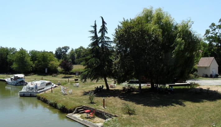 Halte de Fleury-sur-Loire sur le Canal latéral à la Loire