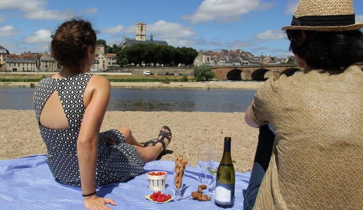 Pique-nique sur les bords de Loire avec vue sur Nevers