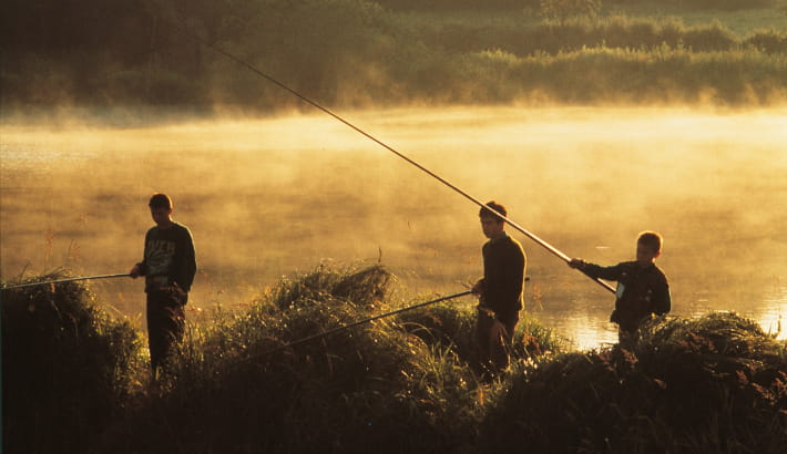 Enfants à la pêche