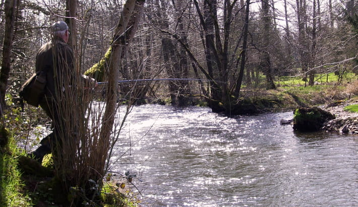 Pêche à la truite dans l'Yonne, sous le barrage de Pannecière