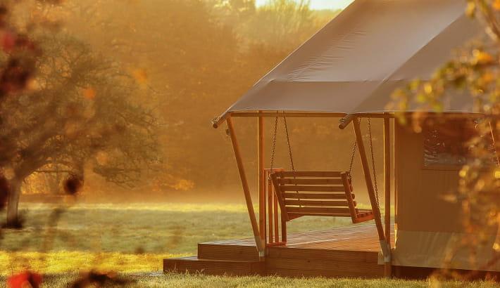 Lumière matinale sur la tente safari luxueuse