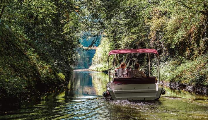 En bateau électrique sur le Canal du Nivernais à l'approche des voûtes de la Collancelle