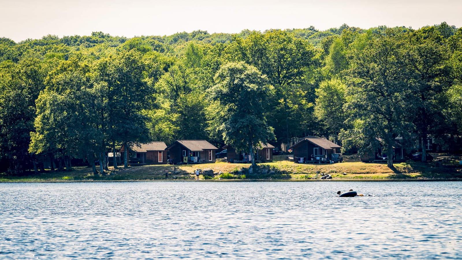 L'étang du Merle et son camping à Crux-la-Ville