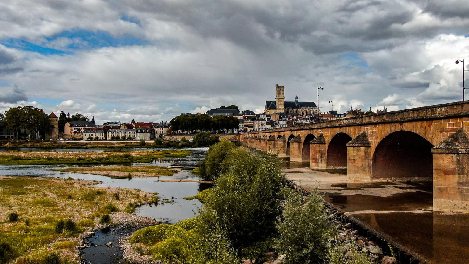 Arrivée sur Nevers par le pont de Loire