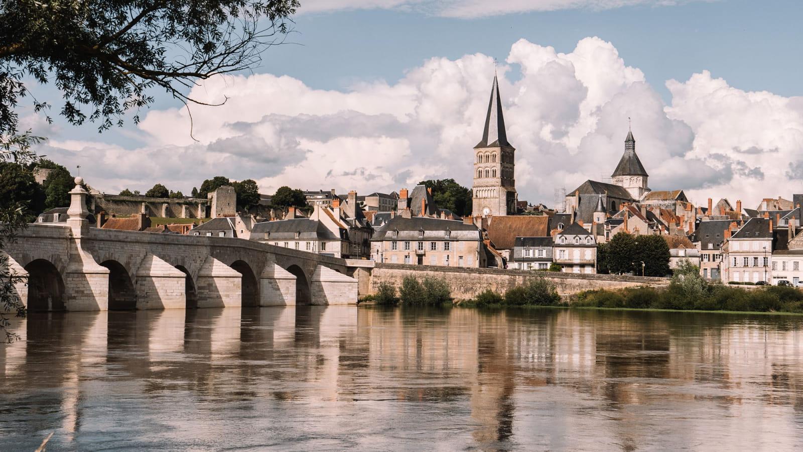 Regards sur le pont et la ville de la Charité-sur-Loire depuis les berges de Loire