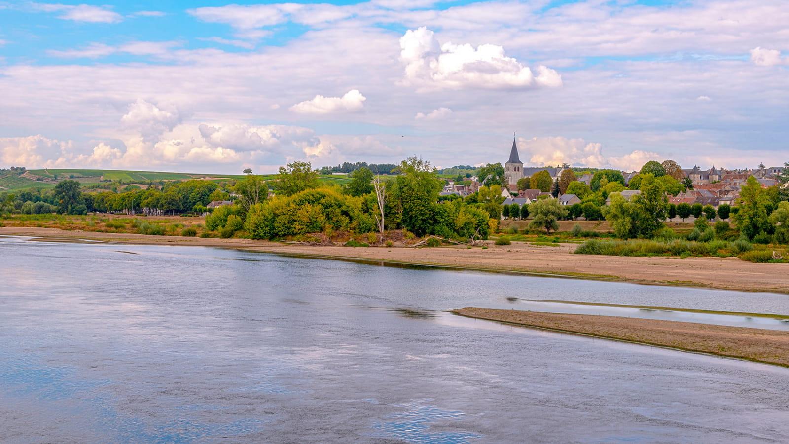 Vue sur le village de Pouilly-sur-Loire depuis les bords de Loire