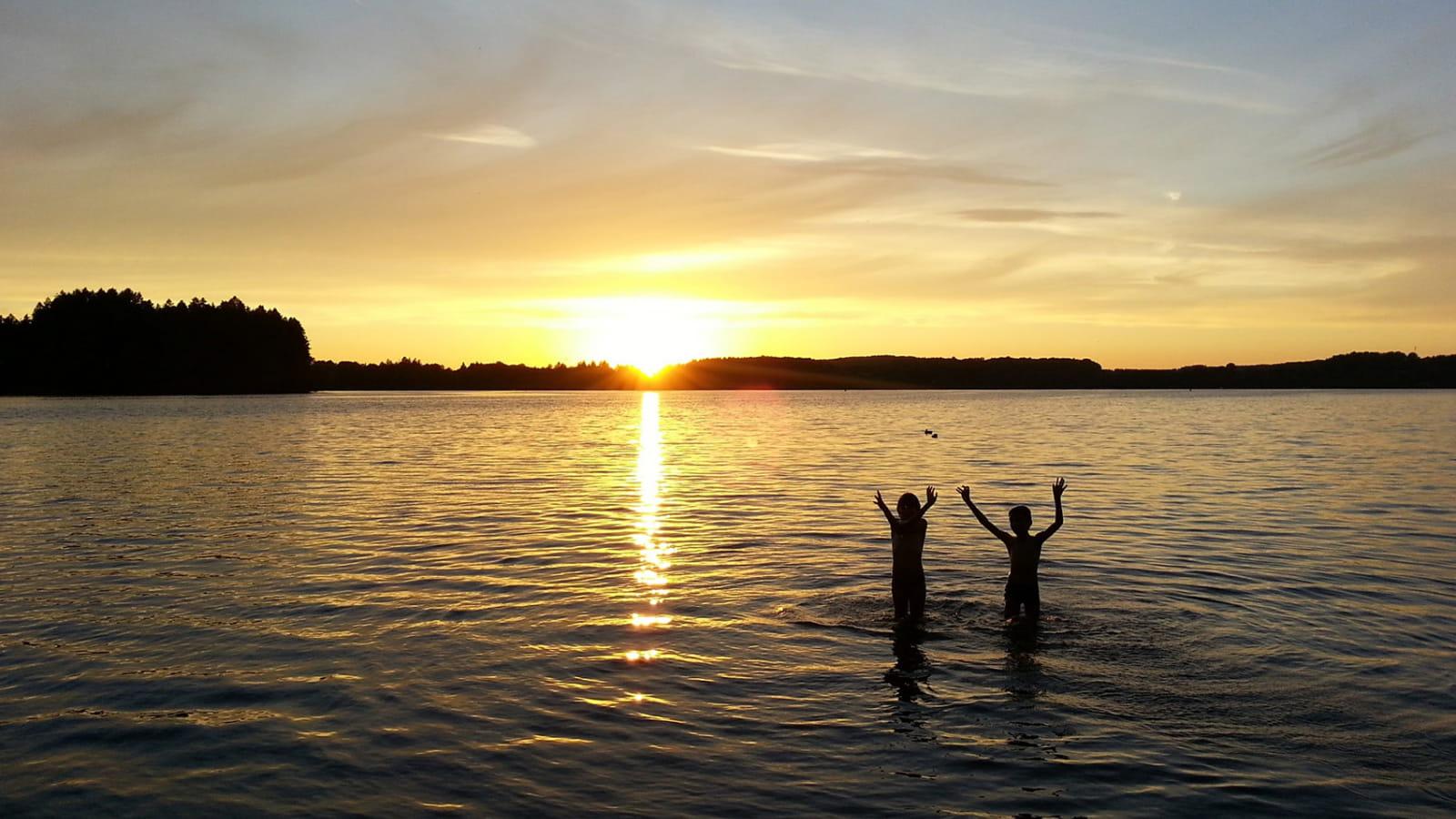 Baignade au coucher du soleil au Lac des Settons