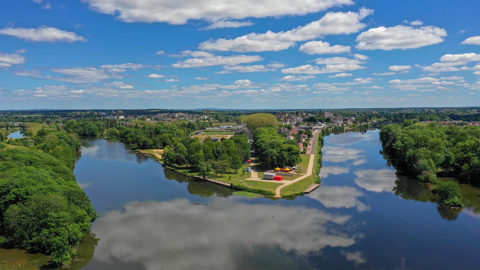 Vue aérienne de la ville de Decize, à la confluence des eaux