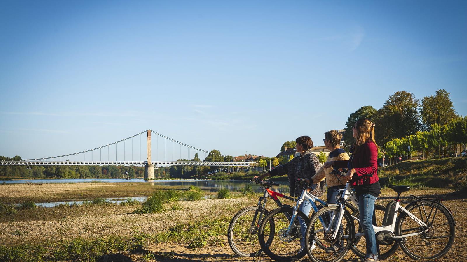 Cyclistes admirant la Loire à Cosne-Cours-sur-Loire