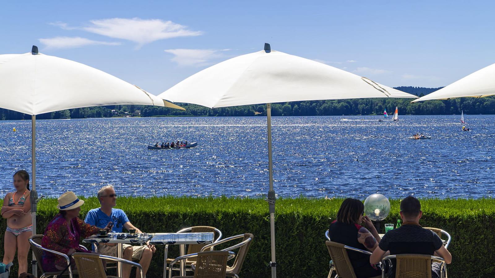 Terrasse de bar avec vue sur le lac des Settons