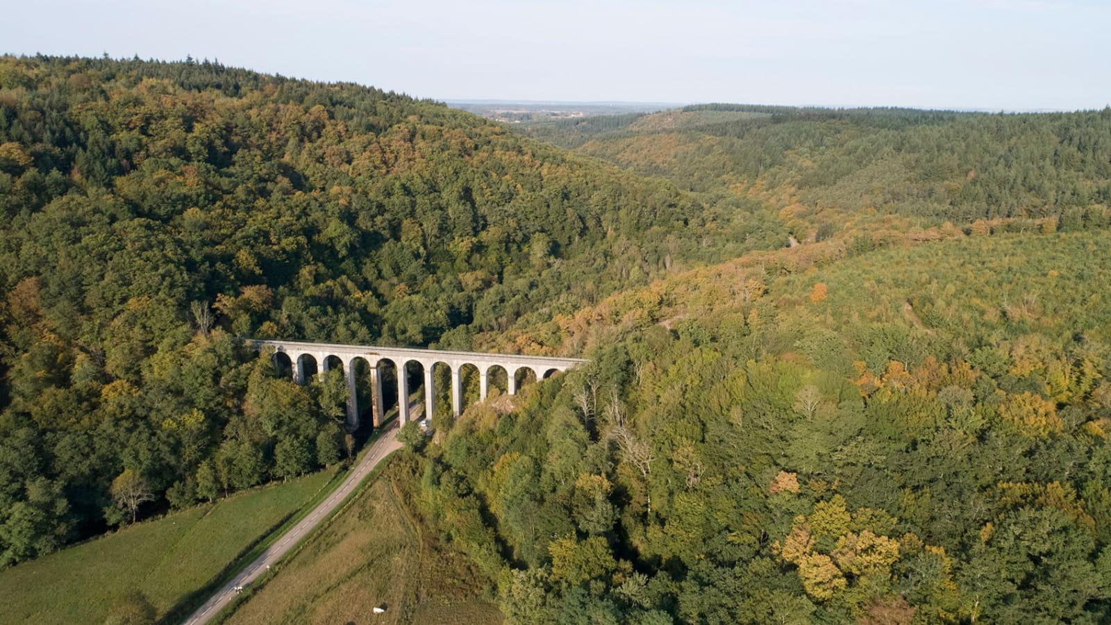 Vue aérienne de l'Aqueduc de Montreuillon en automne