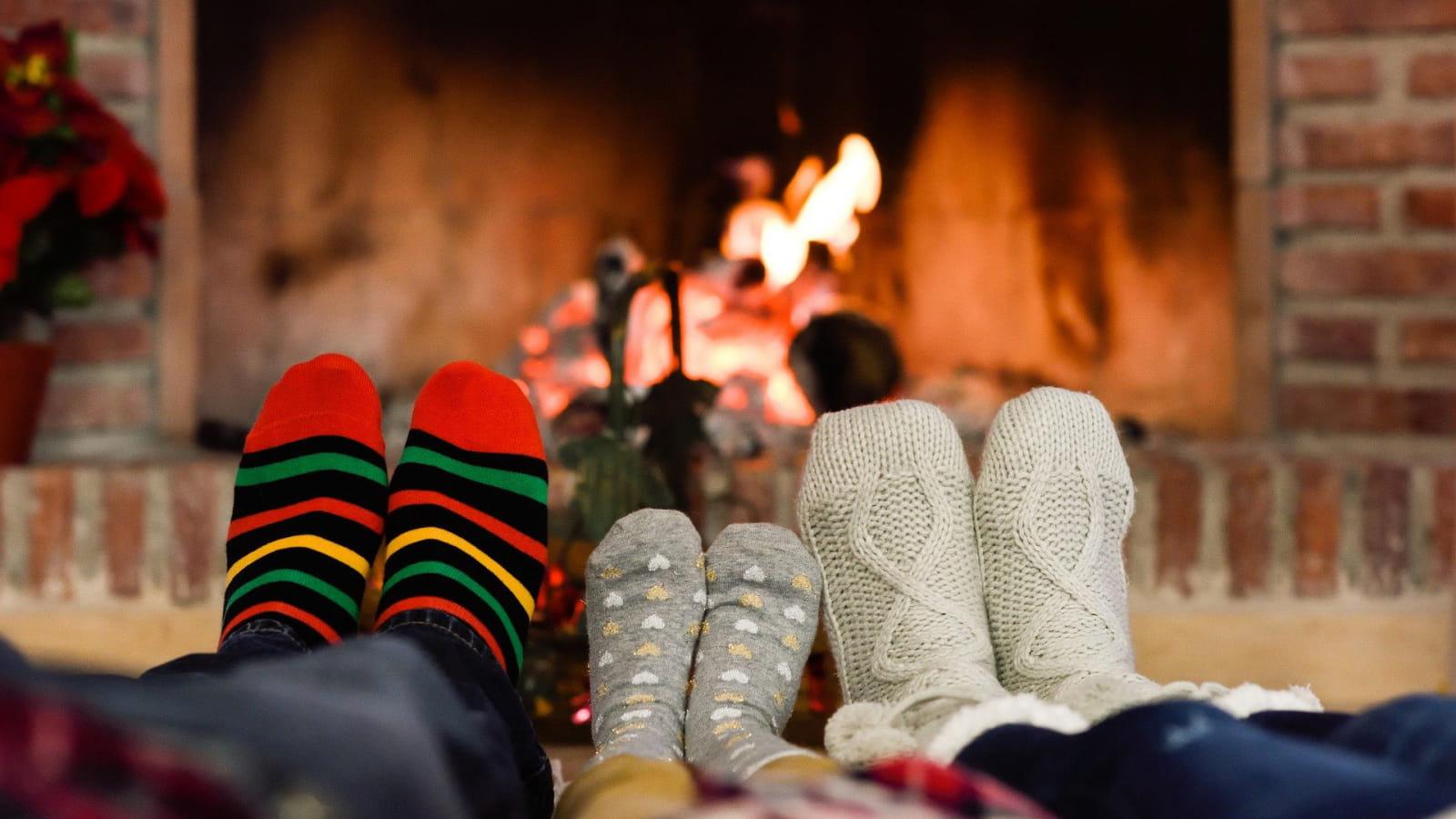Famille devant la cheminée